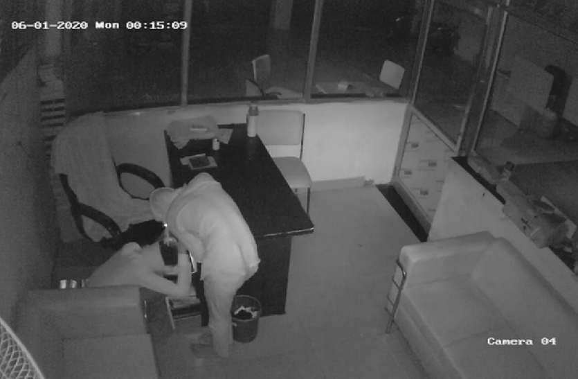 एक ही रात में बाइक शोरूम व किराने की दुकान पर चोरी