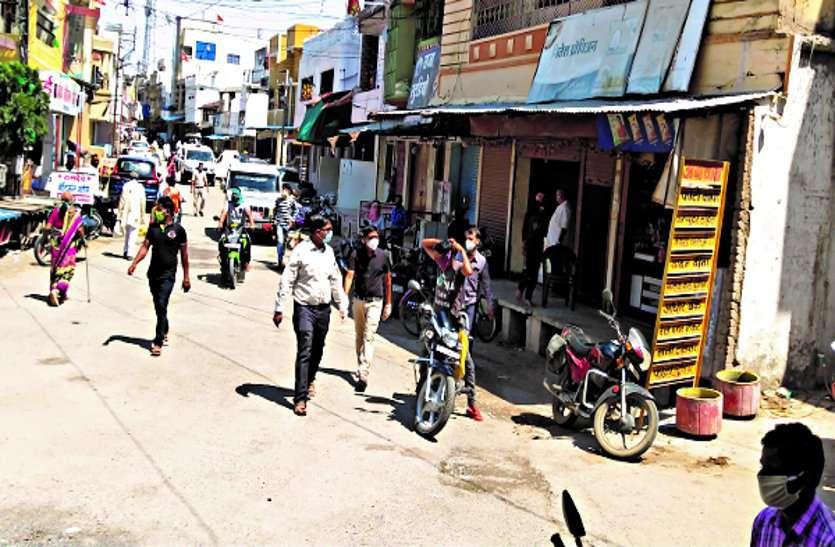 साप्ताहिक टोटल लॉकडाउन को तोड़ रहे शहर के कई दुकानदार
