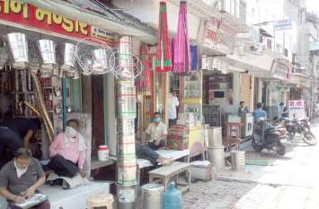 सुहागनगरी में दो माह बाद सड़क पर लौटी जिंदगी, पहली बार शाम पांच बजे तक खुलेगा बाजार