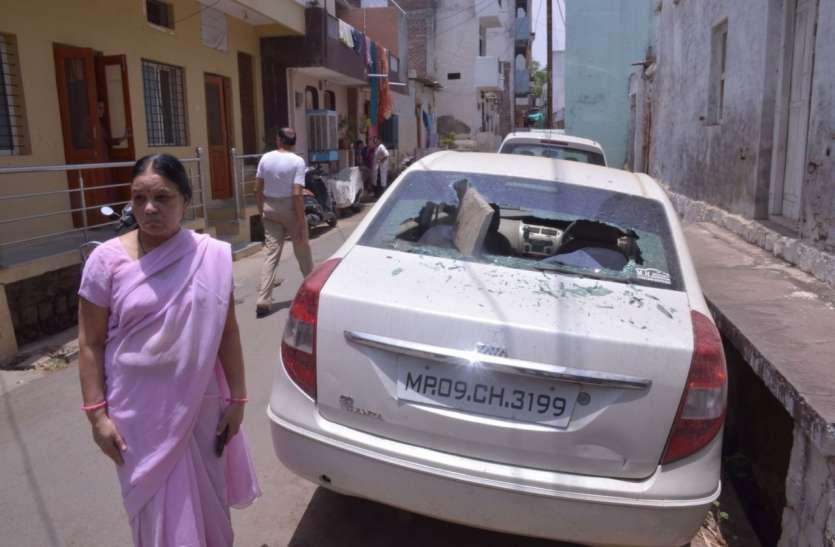 युवक ने किराना दुकान में किया पथराव, कार मालिक से मारपीट कर गाड़ी के कांच फोड़े