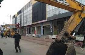 महिला ने लगाया बिना नोटिस के प्रशासन पर मकान गिरावाने का आरोप, कहा अवैध बताकर तोड़ दी दुकान भी