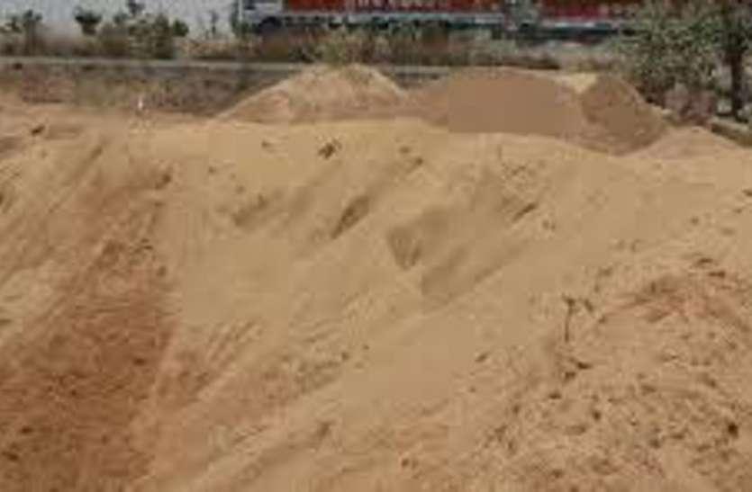 पन्ना जिले की चांदीपाटी में हैवी मशीनों से निकाल रहे रेत