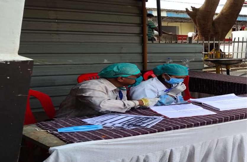 यात्रियों के मेडिकल चेकअप के लिए रेलवे की बजाए सिविल अस्पताल के डॉक्टर कर रहे ड्यूटी