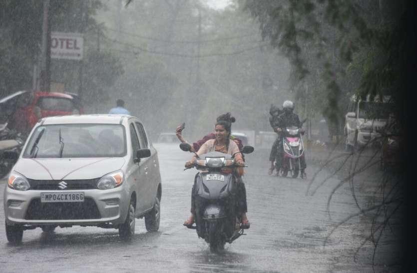 चौबीस घंटे में ढाई इंच से अधिक बारिश, सड़कें दलदल में बदली, ऐसे हुए हाल..
