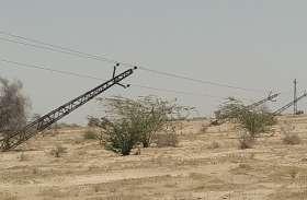व्यवस्था बेपटरी: तूफानी बारिश से बिजली के पोल गिरे, ग्रामीण परेशान
