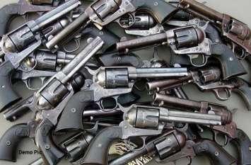 हथियार बनाने की फैक्ट्री पकड़ी, आधा दर्जन धरे