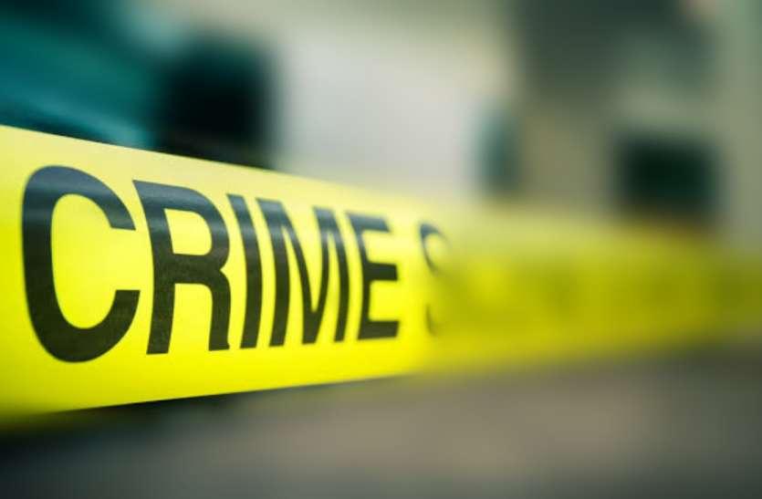 Crime: सडक़ किनारे मिला शव, सिर पर पत्थर पटककर हत्या का संदेह