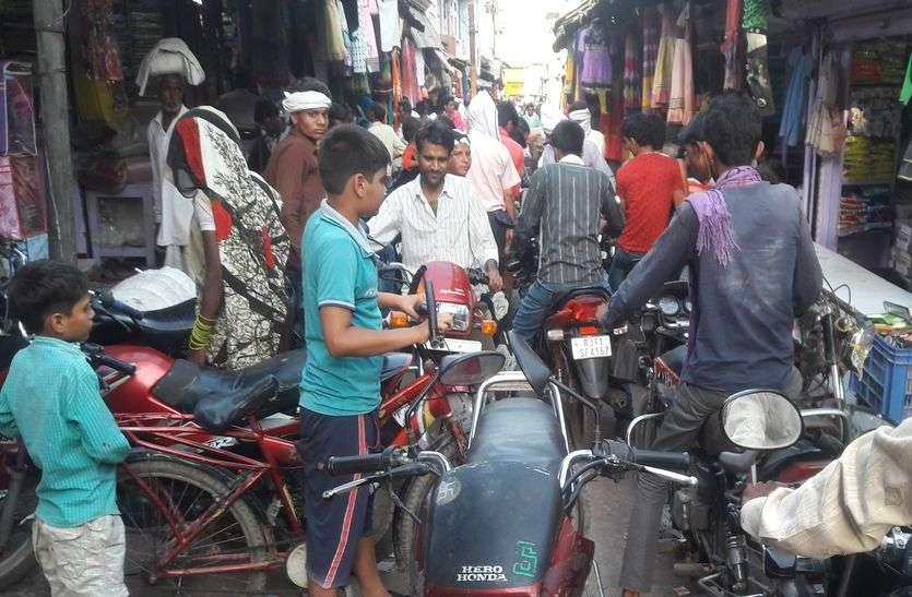 बाड़ी व धौलपुर में कफ्र्यू के बाद बसेड़ी के बाजार में उमड़ी भीड़