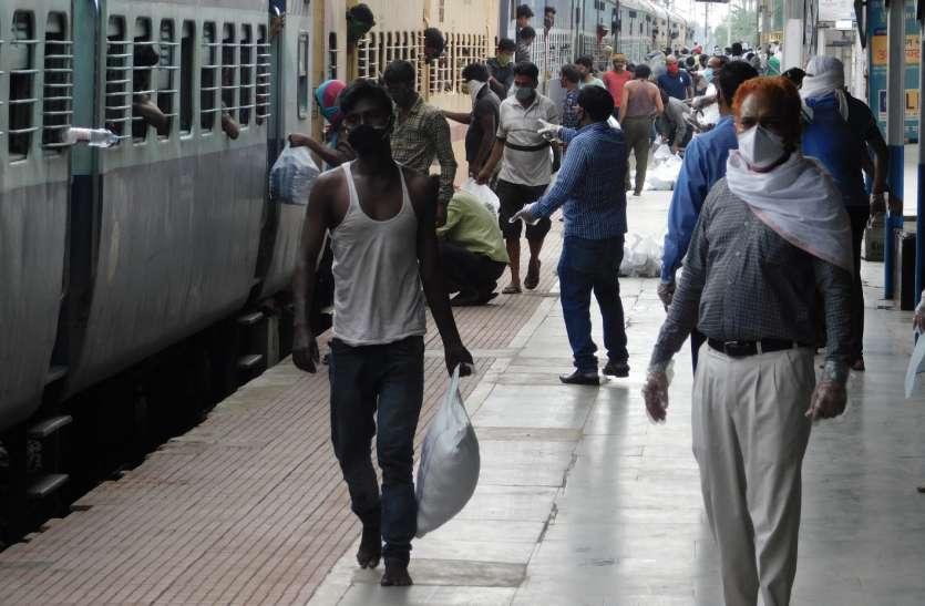 काम का बोझ कम हुआ तो समाजसेवा में जुटे, ट्रेन में भूखे मजदूरों को कराया भोजन