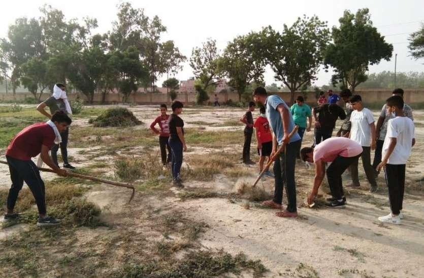 एएसपी ने कोरोना को हराने के लिए शारीरिक श्रम को बताया जरूरी, राजीव गांधी जिला स्टेडियम में किया श्रमदान