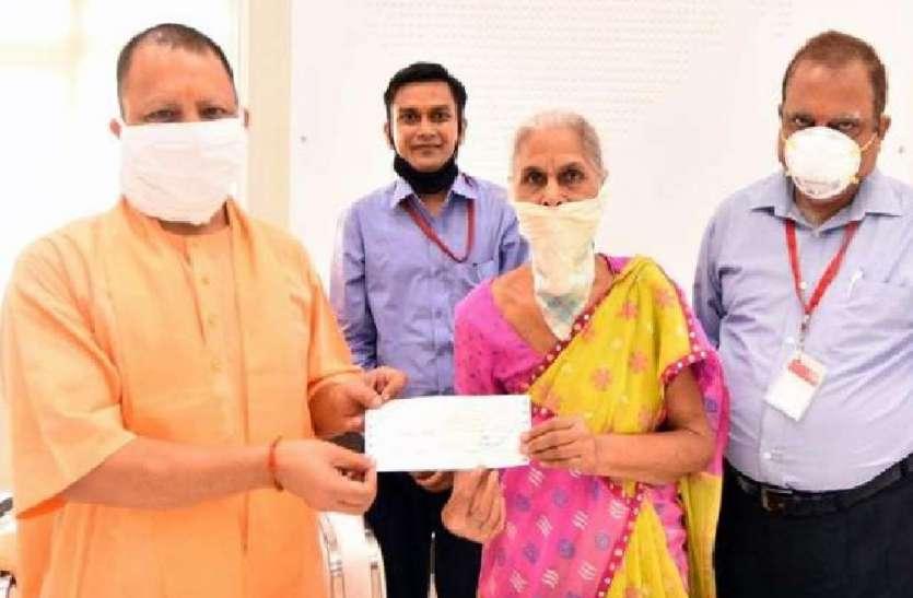 रिटायर महिला सब इंस्पेक्टर पुष्पा दुबे ने दान किये एक करोड़ दस लाख रुपये, सीएम योगी ने की तारीफ