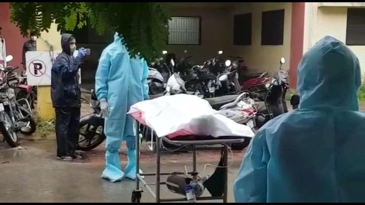 COVID19 : अस्पताल से कोरोना टेस्ट नेगेटिव आने पर छुट्टी दी और पांच दिन बाद हुई पुलिसकर्मी की मौत