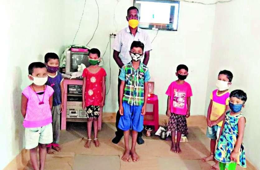 बच्चों की ऑनलाइन पढ़ाई के लिए पालक के घर में शिक्षक राजकुमार यादव ने लगाए स्मार्ट टीवी
