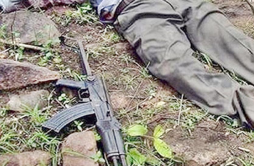 पुलिस के सामने हुआ ग्रामीणों का नक्सलियों से युद्ध, नक्सली कमांडर की मौत