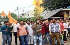 एबीवीपी कार्यकर्ताओं ने स्वास्थ्य मंत्री  का पुतला फुका