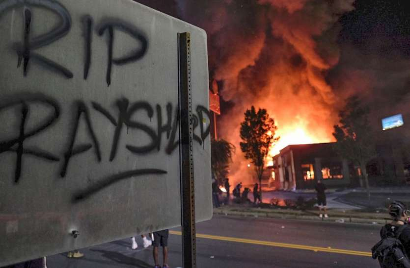 Rayshard Brooks Death: ब्रूक्स की मौत को हत्या माना गया, पुलिस अधिकारी ने पीठ में दो बार गोली मारी