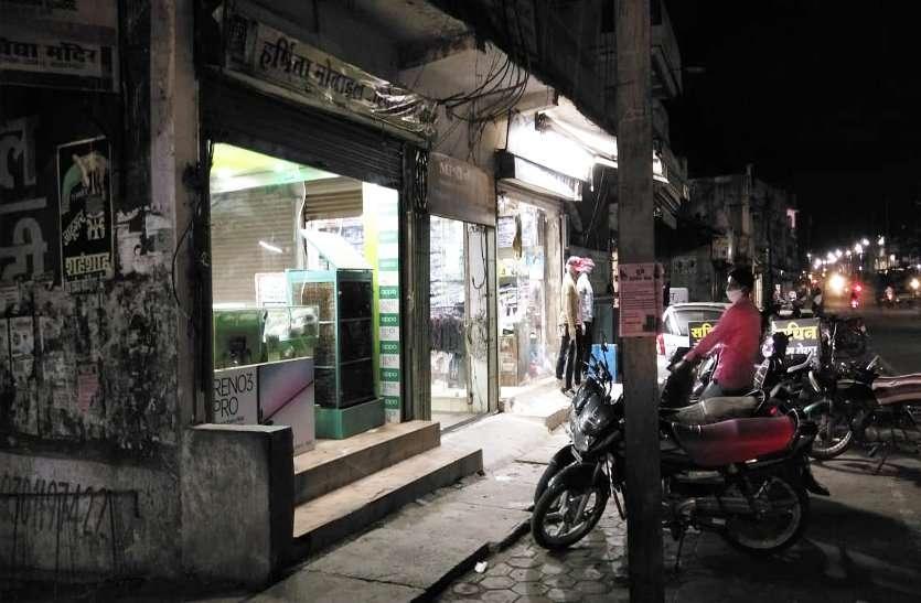 दुकानदारों में नहीं प्रशासन का डर रात नौ बजे के बाद भी खोले रहते हैं दुकान