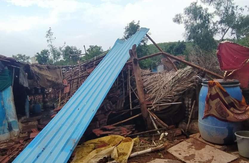 तेज हवा और बारिश ने गिराए पेड़, उजाड़े कई छप्पर