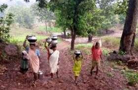 गांव में न हैण्डपंप है न कुआं, झिरिया का पानी पीते है ग्रामीण