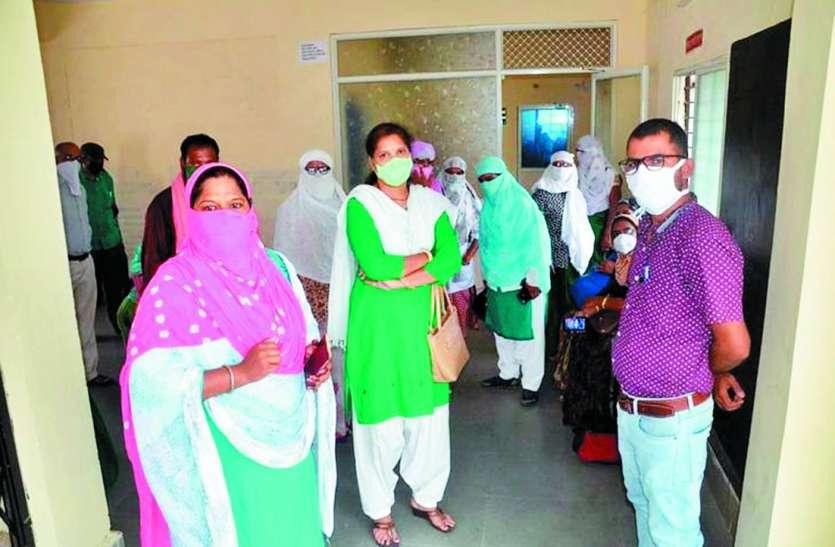 पीठा रोड में एक ही परिवार व सोनकच्छ में मोजिम के परिवार के 4-4 सदस्य, 12वीं की छात्रा संक्रमित