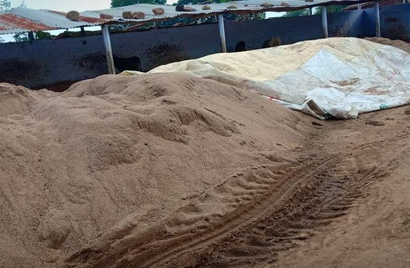 खलिहानों में अवैध स्टॉक करके रखी थी नर्मदा की लाखों रुपए की रेत
