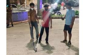 बांसवाड़ा : महात्मा गांधी अस्पताल परिसर में कोबरा सांप निकलने से मची अफरा-तफरी, युवाओं ने पकडकऱ जंगल में छोड़ा