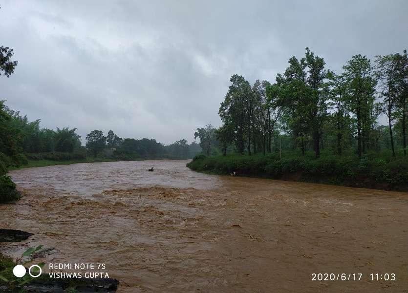 लगातार हो रही बारिश से नदी-नाले उफान पर, सडक़ों पर पानी भरने से कई मुख्य मार्ग बाधित