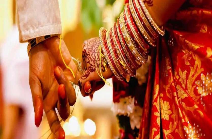 अजब-गजब: प्रयागराज में लकड़ी के पुतले से लड़के ने की शादी, औरैया में दुल्हन लेकर आई बारात