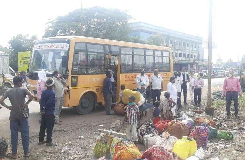 कई माह से सड़क किनारे रह रहे लोगों को भेजा कर्नाटक