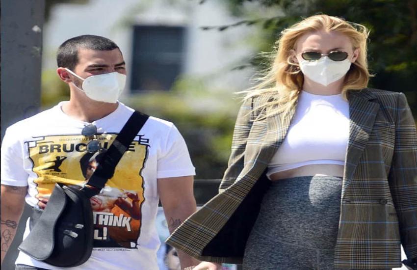 Sophie Turner Flaunts baby bump as she enjoy walk with joe jonas