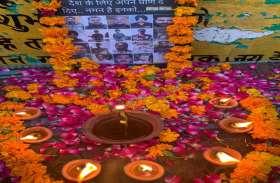 Noida: करणी सेना ने नम आंखों से शहीदों को दी श्रद्धांजलि, देखें तस्वीरें