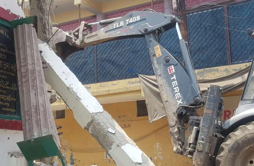 रामपुर में आजम खान का नाम लिखे पत्थर पर चला बुल्डोजर, छह दुकानें ताेड़ी गई