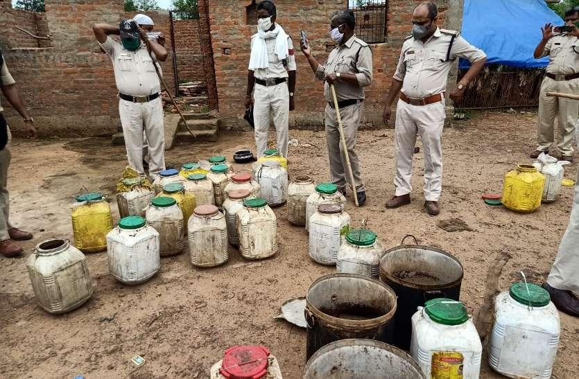 Abkari team acting on illegal raw liquor in Pardhi locality of Hardua.