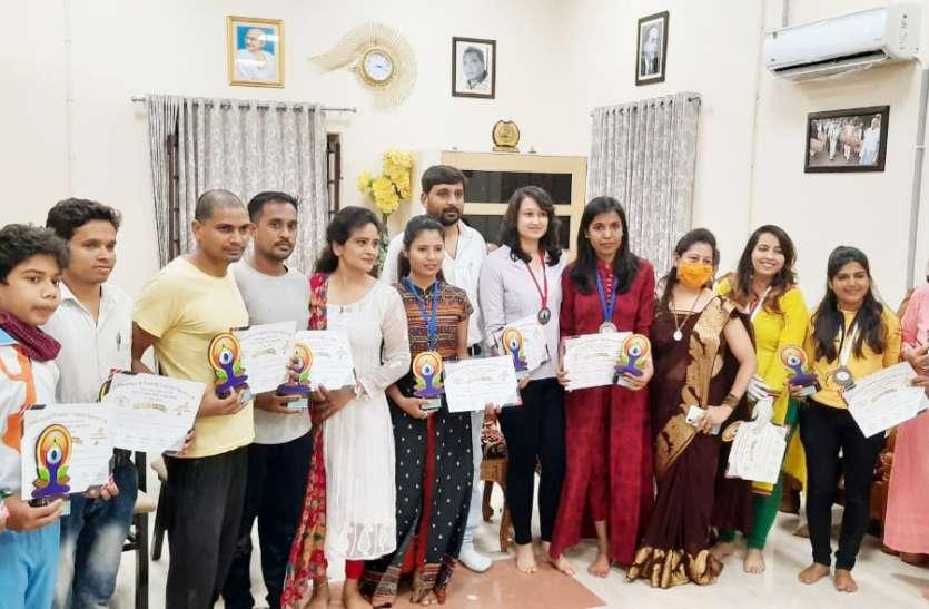 राज्य योग प्रतियोगिता: रायपुर की विजया साव व जसमीत भट्टी ने जीता कांस्य पदक
