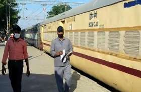 Covid-19 अस्पतालों में होने लगी बेड की कमी, रेलवे विभाग ने Train में ही तैयार किए Isolation कोच