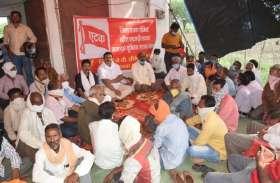 पहले मनमाने तरीके से काम से हटा दिया 200 कर्मचारियों को, विरोध प्रदर्शन पर भोजन-पानी भी रोका