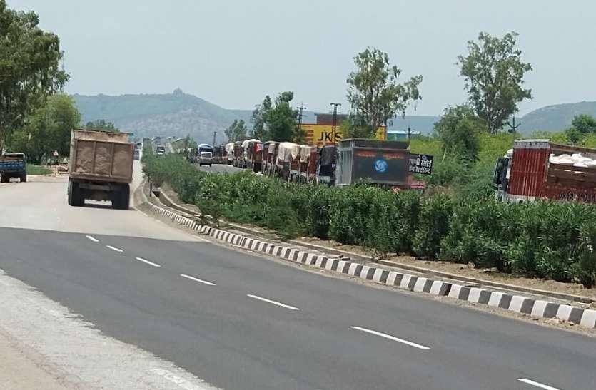 सडक़ पर लगी ट्रकों की कतार से हो रही दुर्घटनाएं