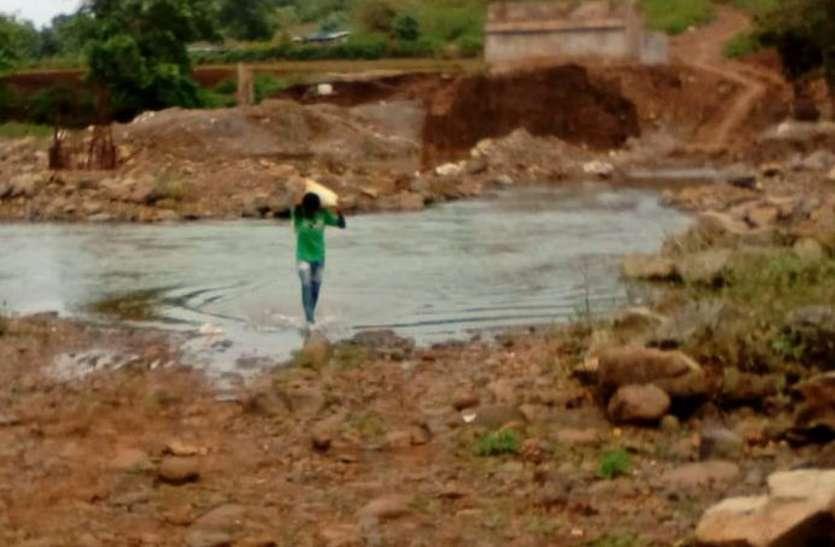 लापरवाही: 12 वर्ष बाद भी पूरा नहीं हो सका सिलगी नदी में पुल निर्माण