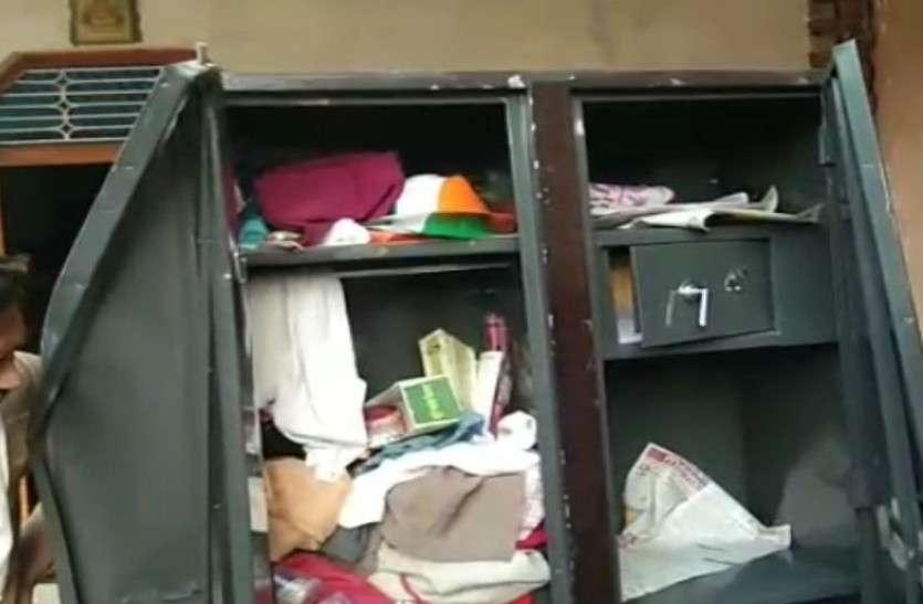खिड़की तोड़ फैक्ट्री में चोरी की वारदात