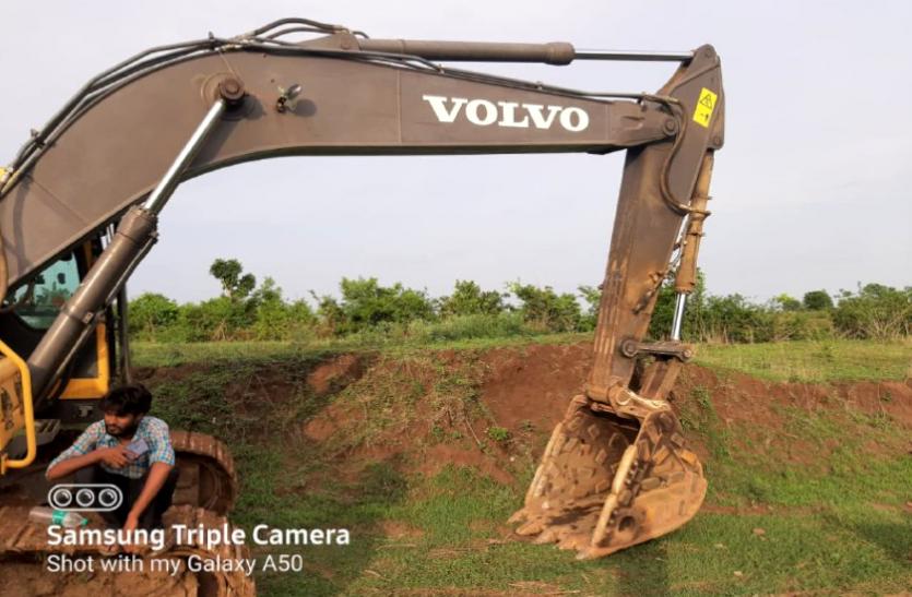 रेत खनन के लिए वनक्षेत्र में लगाई जेसीबी, रेंजर ने रोका तो बनाया दबाव