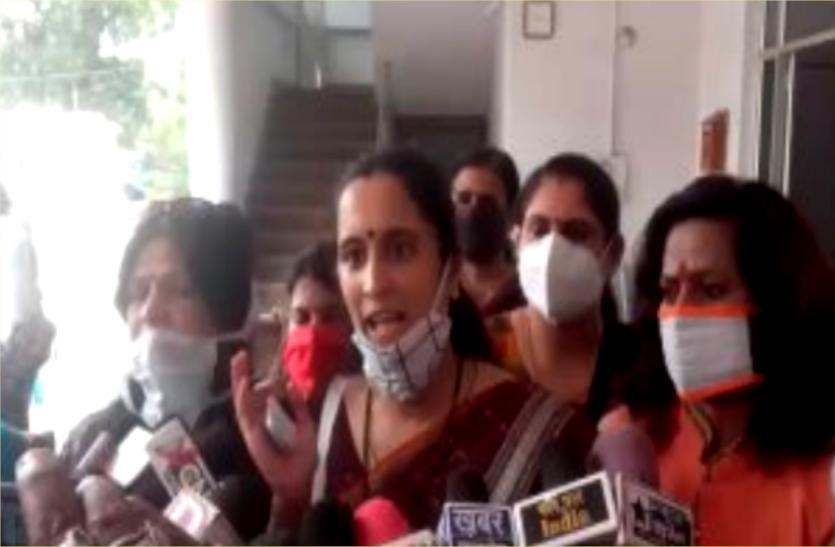 पीएम मोदी और महिला मंत्री पर टिप्पणी कर फंसे कांग्रेस विधायक, शुरु हुआ विरोध