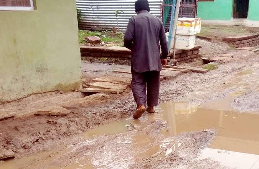 पाइपलाइन के लिए खोदी करोड़ों की सड़कें अब मरम्मत में हीलाहवाली