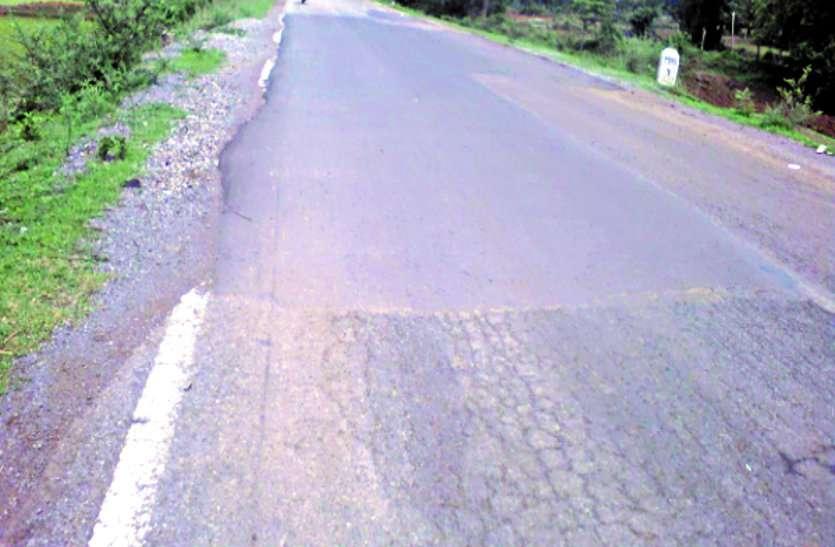 रोड निर्माण में बरती लापरवाही, हफ्तेभर में ही उखडऩे लगी, लीपापोती करने में भी की कोताही ...