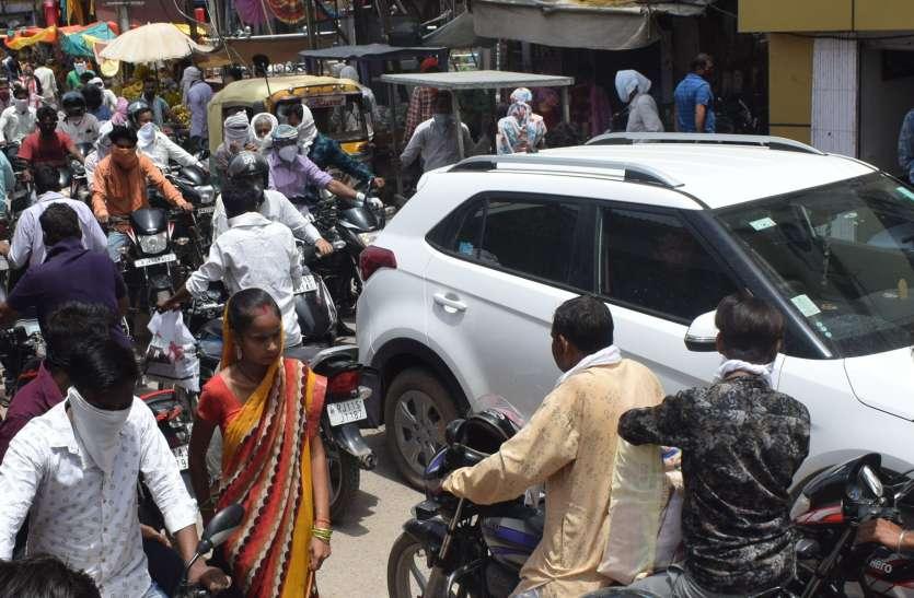 छूट में लोग भूल गए कोविड के नियम;बाजार में उमड़ रही भीड़