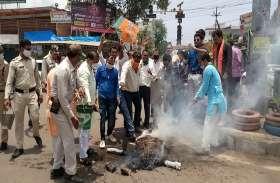 भारत-चीन सीमा विवादः BJP का कांग्रेस पर हमला तेज, जलाया पूर्व CM कमलनाथ का पुतला