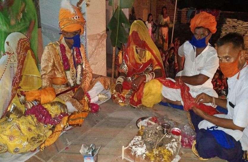 चित्तौडग़ढ़ में सोमवार रात एक विवाह समारोह में पंडित, दुल्हा-दुल्हन सभी मास्क लगाए हुए।