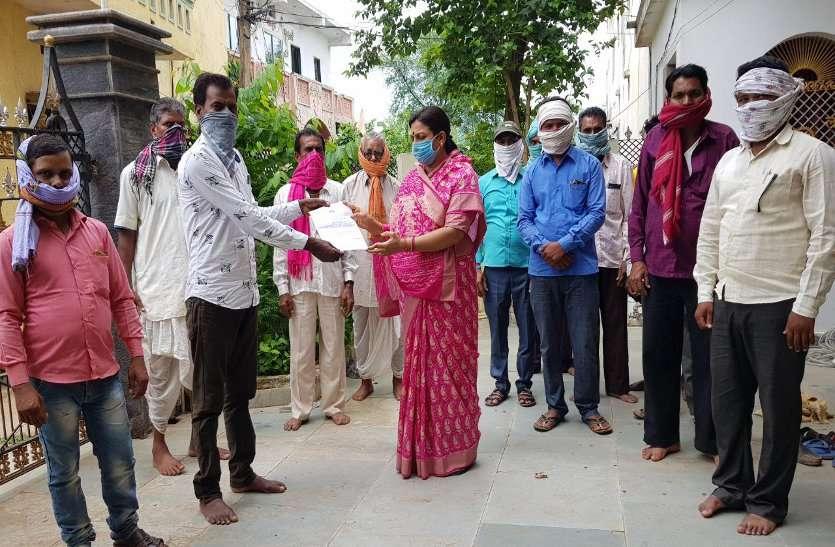 बेमेतरा जिले के इस गांव में भूतों के नाम पर बांट दिया पेंशन, सचिव के करनामे की ग्रामीणों ने खोली पोल