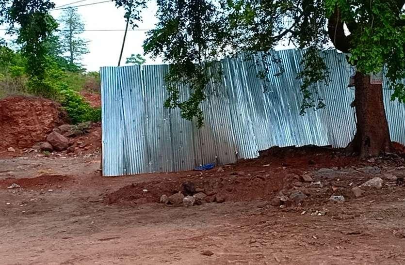 अधिकारियों ने गिरवाए गरीबों के आशियाने, भू-माफिया ने तान दी सीट की दीवार
