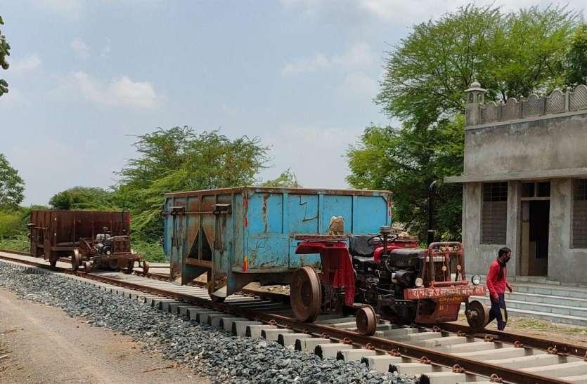 रेल की पटरी पर दौड़ रहा ट्रेक्टर,  की जा रही है माल की ढुलाई