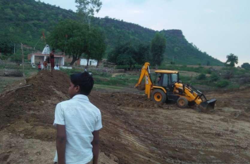 मनरेगा में धांधली: जेसीबी से बनवा लिया खेत तालाब, मनरेगा में मजदूरी के लिए मुंह ताकते रह गए मजदूर